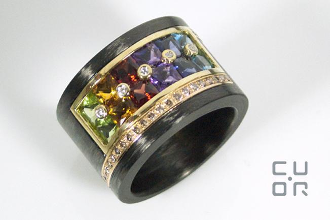 Carbonring mit Gelbgold, Farbsteinen und Brillanten. Die Farbsteinfassung wurde aus  einem älteren Ring wiederverwendet. Kundenauftrag