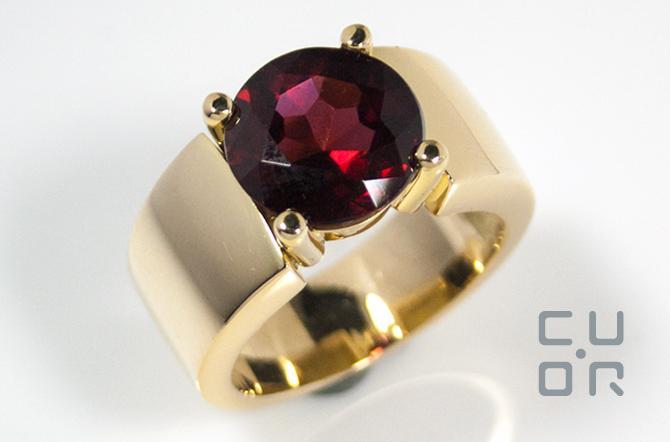 Gelbgold Ring mit Granat. Hergestellt mit Kundengold