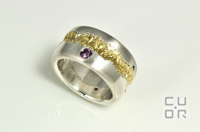 Ring Silber mit Gold. Der Goldstreifen wurde aus zwei alten Trauringen hergestellt. Kundenauftrag