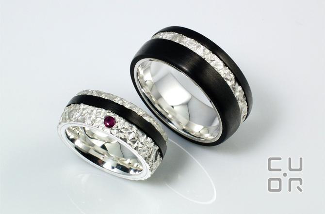 Carbontrauringe. Silber mit Carbon und Rubin. Kundenauftrag
