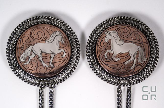 Paar Scheibenfibeln Silber mit Kupfer. Flächentauschierung