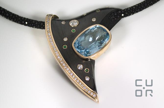 Collier mit Carbon, Diamanten, Aquamarin, Smaragde und Rochenhaut Kordel. Kundenauftrag